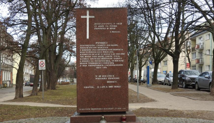 Pomnik pasuje do otoczenia kościoła św. Brygidy