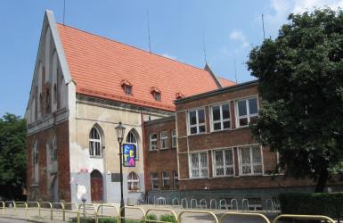 Dawny kościół św. Ducha, wewnątrz obecnie szatnie szkolne i sala gimnastyczna