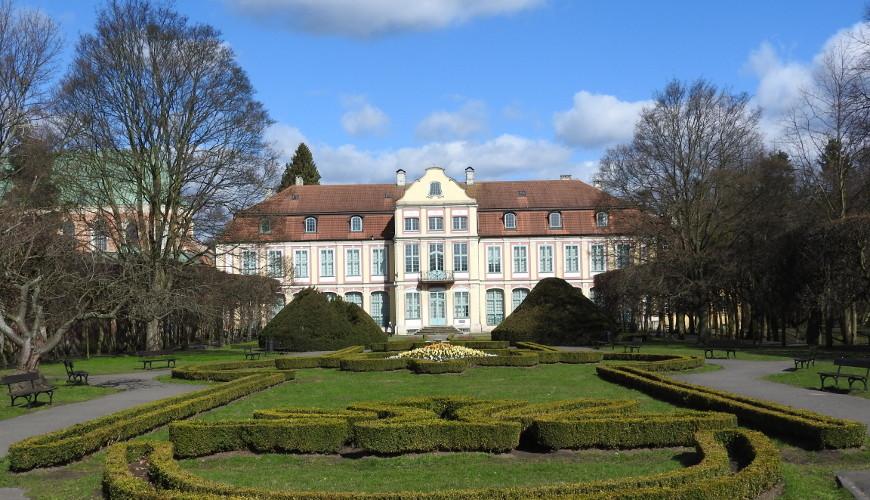 Część francuska Parku Oliwskiego, w głębi Nowy Pałac Opatów Oliwskich