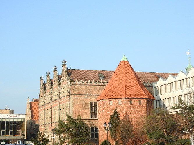 Gotycka baszta Słomiana, w tle renesansowa Wielka Zbrojownia