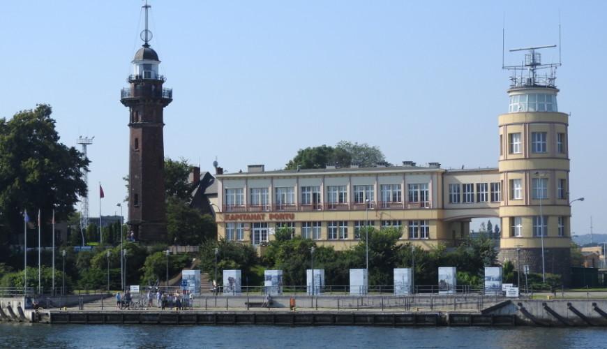 Nabrzeże Tadeusza Ziółkowskiego. Po stronie lewej latarnia morska z końca XIX wieku.