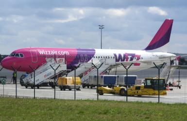 Samolot fimy Wizz Air w trakcie obsługi serwisowej