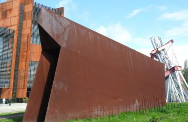 Brama w kształcie wynurzającego się z ziemi statku - nawiązanie do powstania komunistycznej ideologii
