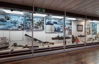 Pod pokładem ciekawe wystawy i eksponaty. Źródło: Muzeum Marynarki Wojennej