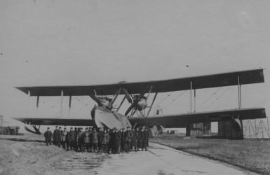 Grupa polskich żołnierzy przy samolocie Latham HB-3.