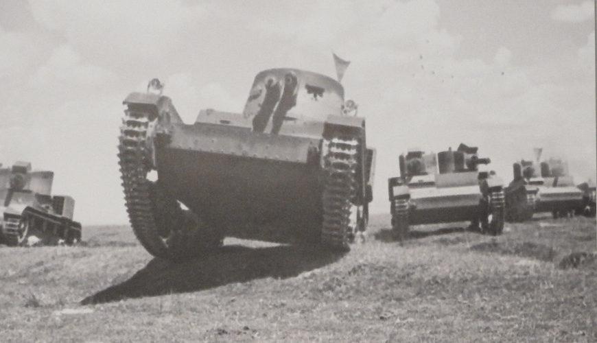 Czołgi Vickers E w trakcie pokonywania przeszkód terenowych. Z wystawy w Muzeum II Wojny Światowej
