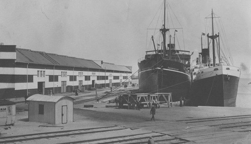 """Statki """"Jalaveera"""" oraz """"Premier"""" przy nabrzeżu w basenie im. Marszałka Józefa Piłsudskiego. Po stronie lewej fragment budynku łuszczarni ryżu."""