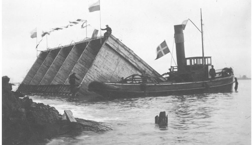 Ustawienie pierwszego kesonu podczas budowy portu gdyńskiego.