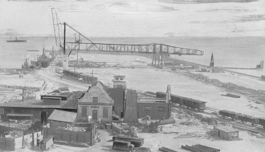 Budowa gdyńskiego portu. Widok na Molo Węglowe.