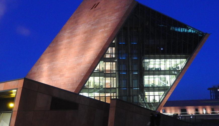 Architektura obiektu ciekawie wpisuje się w przestrzeń nadmotławskiego miasta