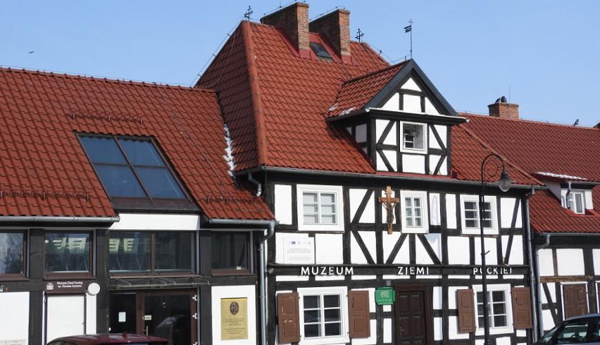 Muzeum Ziemi Puckiej działa w zabytkowym szpitaliku z XVIII wieku.