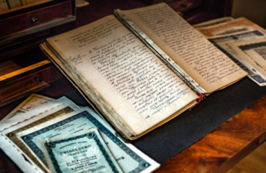 Stare księgi i dokumenty. Źródło: www.wejherowo.pl
