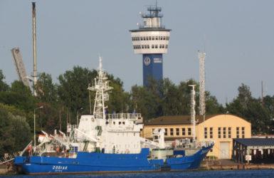 W oddali latarnia morska w Porcie Północnym.