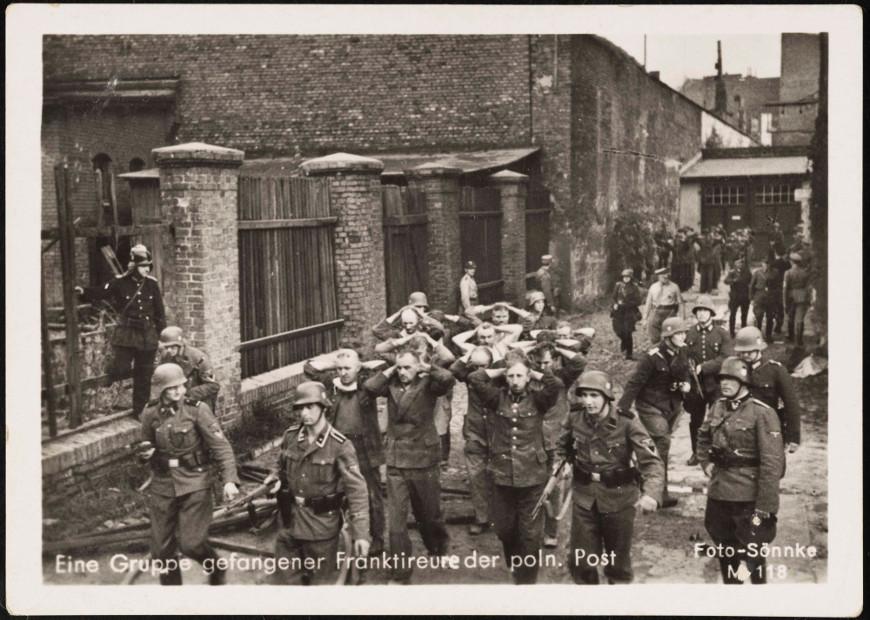 Po kapitulacji. Polscy pocztowcy prowadzeni do niewoli... Źródło: Muzeum Gdańska.