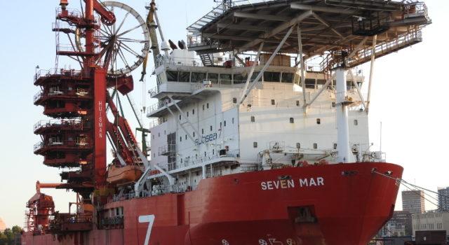"""Statek """"Seven Mar"""" przy stoczniowym nabrzeżu."""