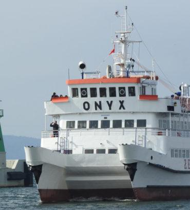 """Katamaran """"Onyx"""" wraca z portu helskiego."""