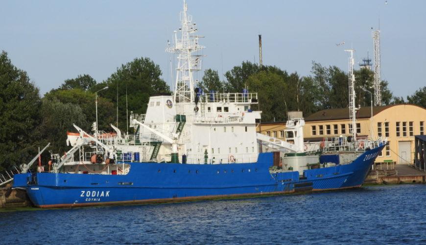 """Statek hydrograficzny s/v """"Zodiak"""" przy Bazie Oznakowania Nawigacyjnego."""