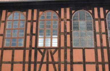 Niezwykła kompozycja okien i szkieletowej konstrukcji.