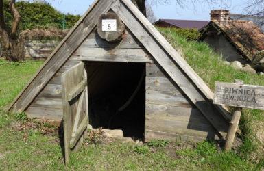 Kula - kaszubska piwnica wykopana w ziemi, kryta ceglanym dachem i darnią.