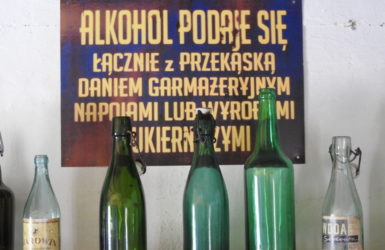 Alkohol podaje się łącznie z przekąską... - trudne to były czasy...
