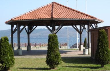 W nadolskim skansenie odbywają się ciekawe imprezy plenerowe. W tle Jezioro Żarnowieckie.