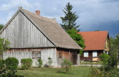 Na terenie skansenu aż 50 zabytkowych budynków z terenu Kaszub, Kociewia i Borów Tucholskich.