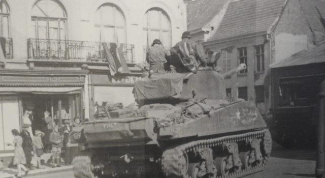 Polscy czołgiści wyzwalają Belgię. Zdjęcie z wystawy Pancerne Skrzydła w Muzeum II Wojny Światowej.