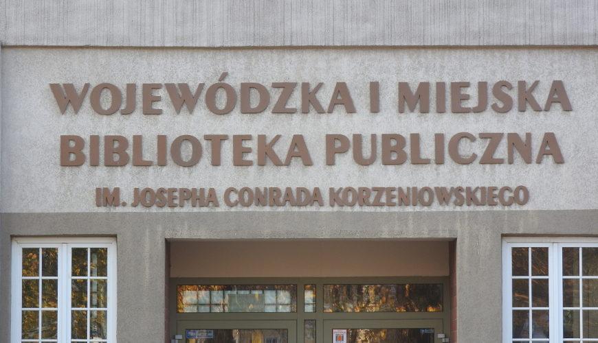 Wejście do Biblioteki Głównej przy Targu Rakowym.