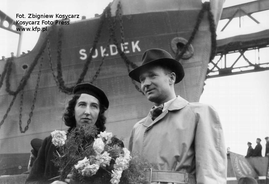 Stanislaw Sołdek z żoną Heleną w dniu wodowania pierwszego polskiego pełnomorskiego statku. Źródło: KFP Kosycarz Foto Press.