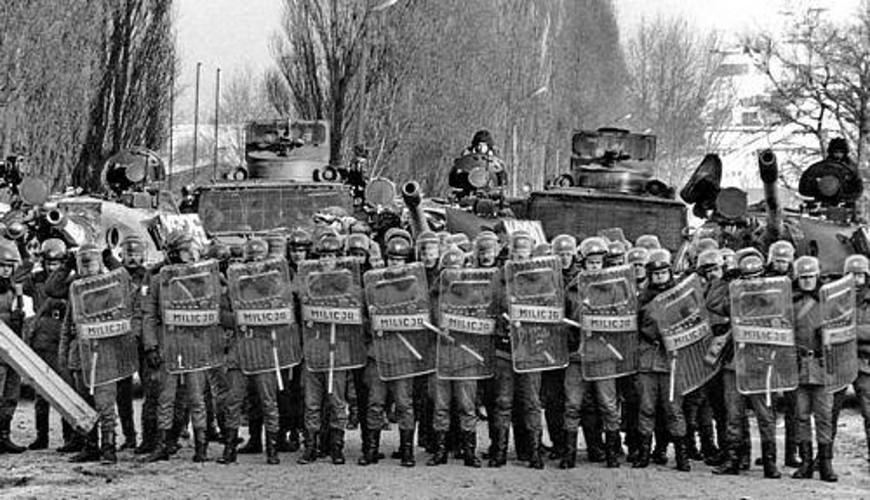 Kordon ZOMO przed stoczniową bramą. Fot. Janusz Bałanda Rydzewski