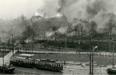 Protesty w Gdańsku, w oddali płonący gmach KW PZPR. Autor nieznany. Zdjęcie pozyskane z Europejskiego Centrum Solidarności.