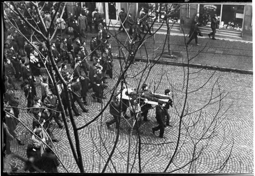 Tragiczny pochód ulicami Gdyni. Autor Edmund Pepliński. Zdjęcie pozyskane z Europejskiego Centrum Solidarności.