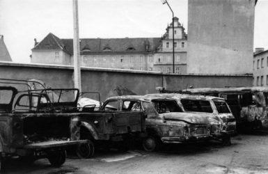 Spalone wraki w pobliżu Komendy Miejskiej MO. Autor nieznany. Zdjęcie pozyskane z Europejskiego Centrum Solidarności.