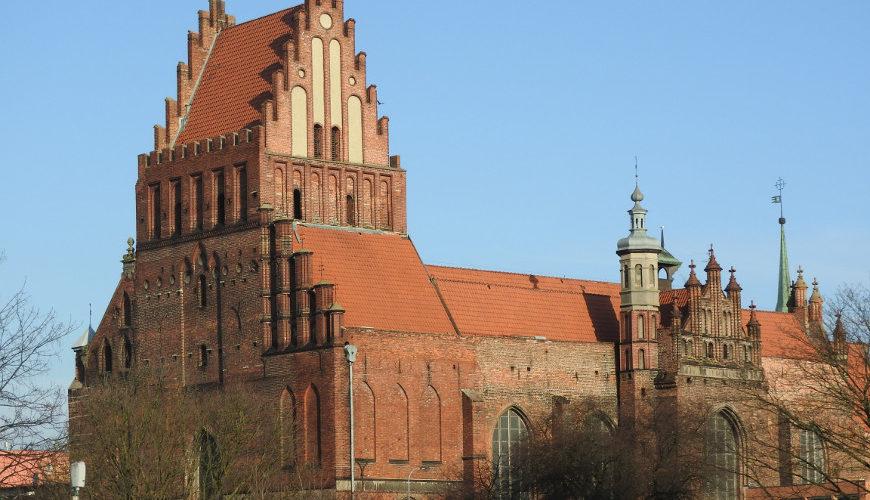 Charakterystyczna wieża jest znakiem rozpoznawczym kościoła św. Piotra i Pawła w Gdańsku.