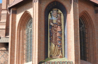 Zrekonstruowana figura Matki Bożej.