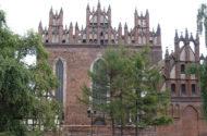Potężna bryła kościoła św. Trójcy, po stronie prawej niewielka kaplica św. Anny.