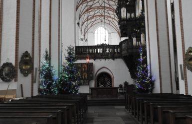 Wnętrze kościoła halowego, w oddali unikatowe lektorium.