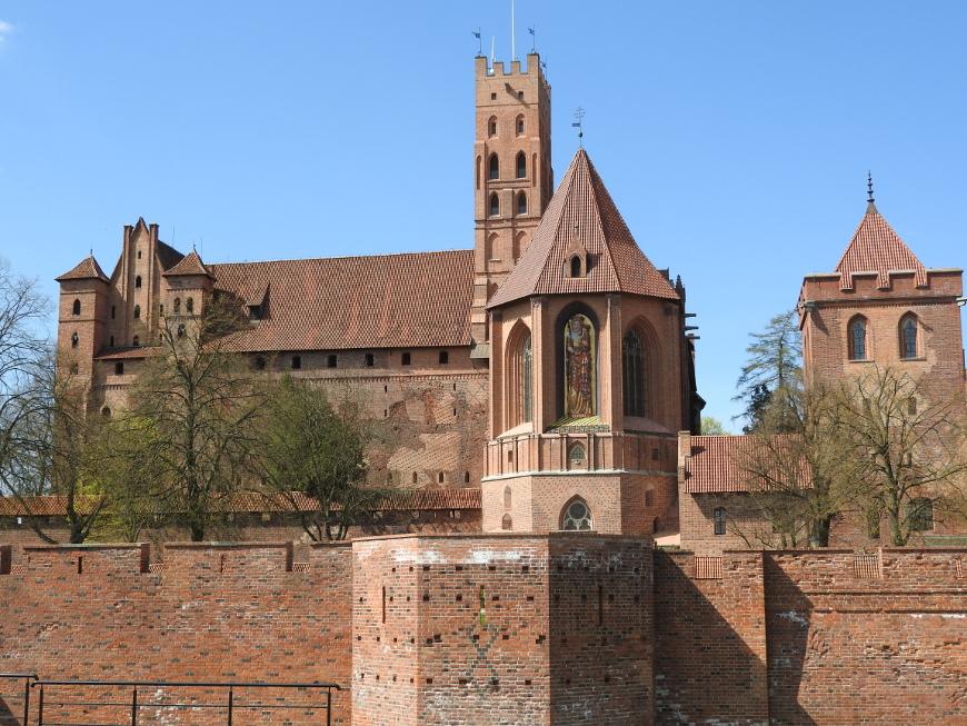 Zamek od strony wschodniej, w środkowej części widoczna zrekonstruowana figura Madonny.
