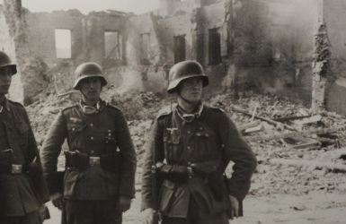 """Żołnierze Wehrmachtu na tle zniszczonej zabudowy Wielunia. Zdjęcie z wystawy """"Wieluń 1 września 1939 – przerwana historia"""""""