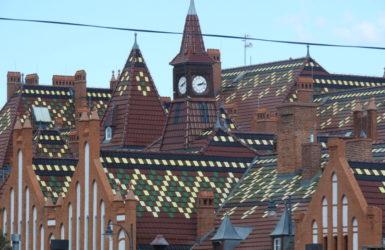 Dachy budynków koszarowych.