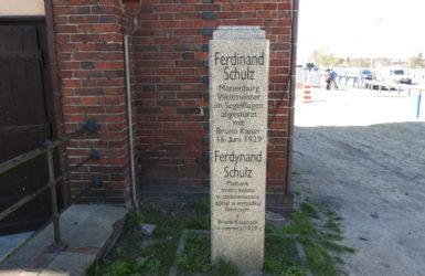 Pomnik Ferdynanda Schulza przy Urzędzie Miejskim.