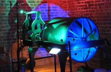 Zegar wieżowy z mechanizmem gry na dzwonach. Zegar pochodzi z katedry św. Apostołów Piotra i Pawła w Legnicy.