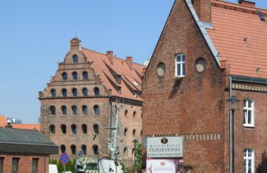 Zabudowa Ołowianki, w oddali Spichlerz Królewski z początku XVII wieku.