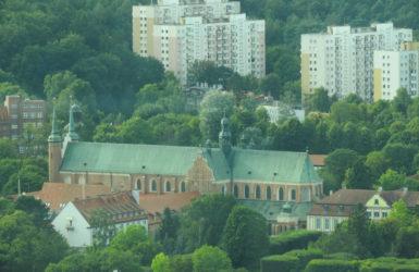 Gotycka bryła katedry oliwskiej.
