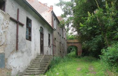 W zabytkowym dworze działa filialna kaplica św. Trójcy.