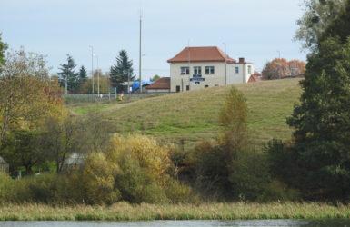W pobliżu Jeziora Wysockiego prowadzi trasa kolejowa Gdynia-Kościerzyna.