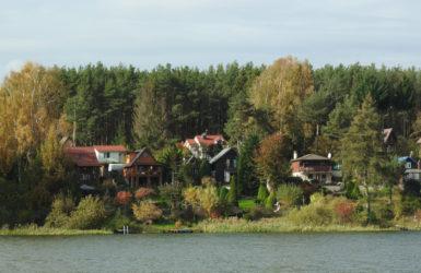 Nad Jeziorem Wysockim sporo willowej zabudowy.