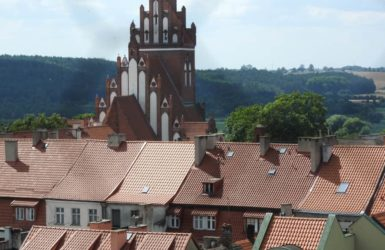 Plątanina gniewskich dachów, w tle wieża kościoła kościoła św. Mikołaja.